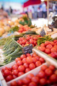 Étal de légumes sur le Marché d'Arcachon