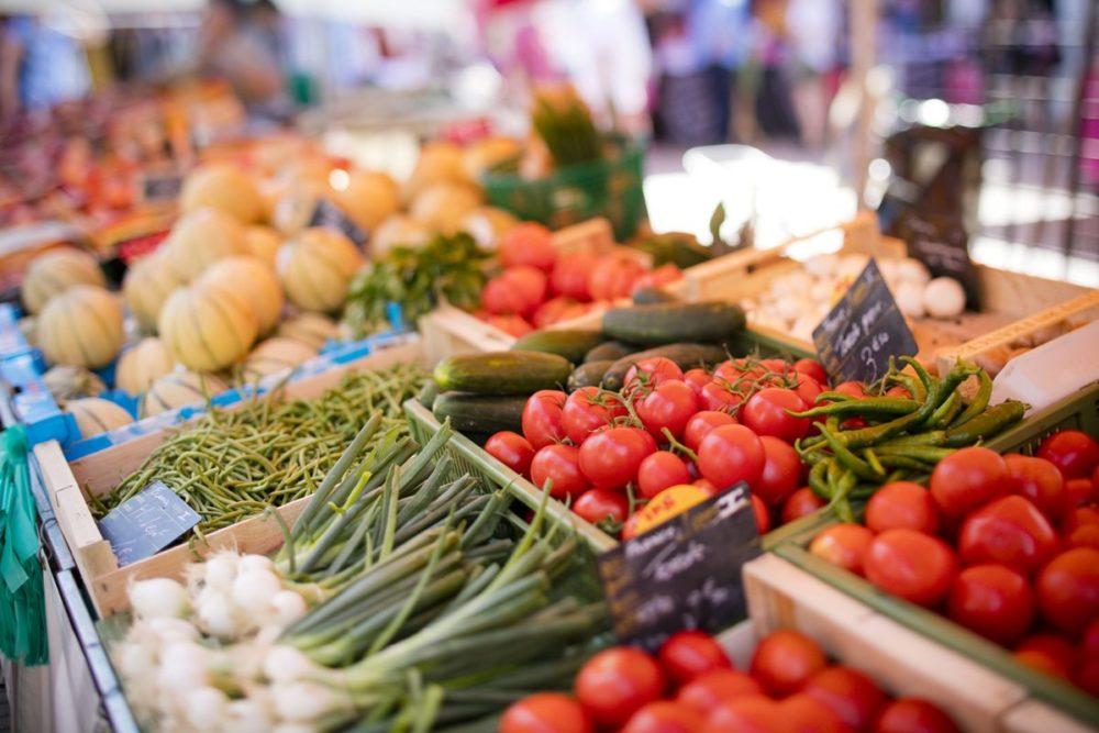 Étal de légumes au marché d