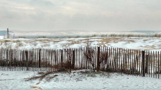 Vue sur la Dune du Pilat depuis le Cap Ferret sous la neige