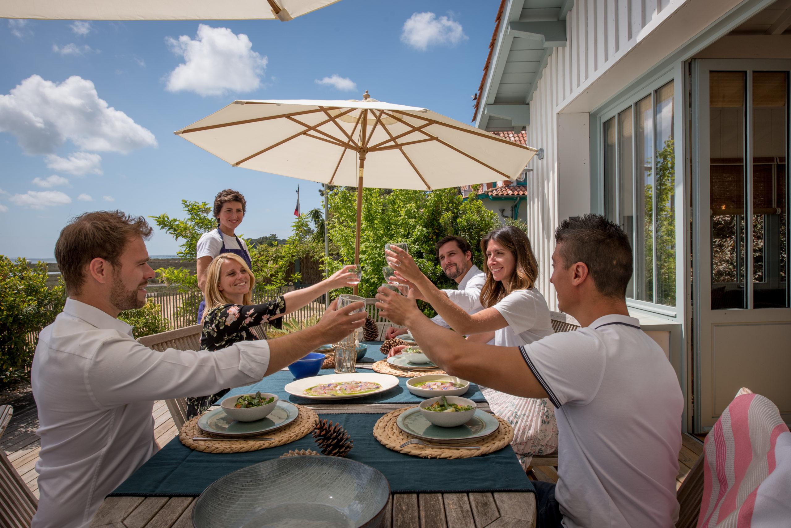 Villa du Cap Ferret avec conciergerie : repas en terrasse